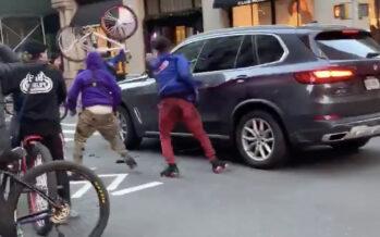 Εξαγριωμένοι ποδηλάτες βανδάλισαν μια BMW X5 (video)