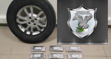 Έκρυψε πάνω από 6 κιλά ηρωίνη στη ρεζέρβα αυτοκινήτου (video)