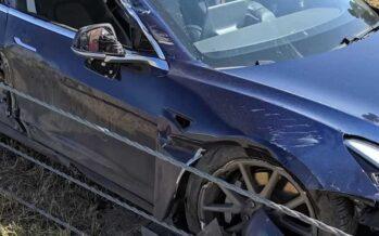 Φορτηγό έβγαλε ολική καταστροφή αυτό το Tesla (video)