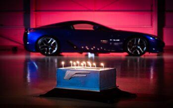 Lexus LFA: Δέκα χρόνια καλπάζουν οι 560 ίπποι του (video)