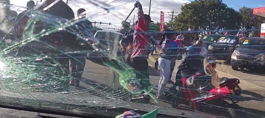 Ομάδα μοτοσικλετιστών ξυλοφόρτωσε άγρια οδηγό αυτοκινήτου (video)