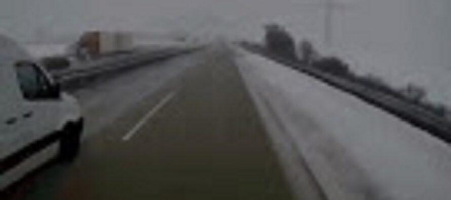 Οδηγός φορτηγού ουρλιάζει καθώς πέφτει στο γκρεμό (video)