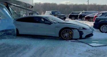 Έπεσε επίτηδες με καινούργια Porsche σε τζαμαρία (video)