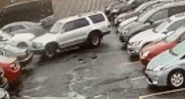 Ξεπάρκαρε και τράκαρε τέσσερα αυτοκίνητα (video)