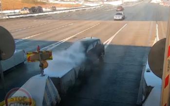 Σοκαριστικό ατύχημα! Έπεσε με ταχύτητα σε σταθμό διοδίων (video)