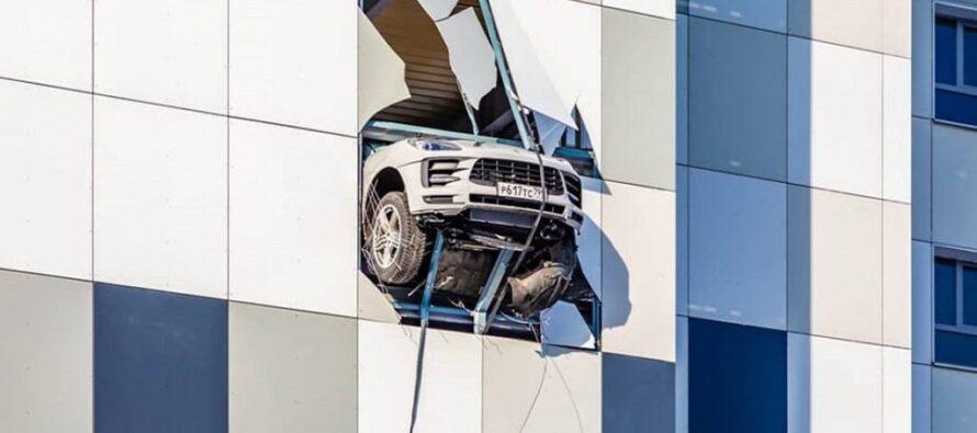 Παραλίγο βουτιά στο κενό για οικογένεια με Porsche (video)