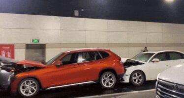 Ακορντεόν έγιναν 12 αυτοκίνητα σε αλυσιδωτό τρακάρισμα (video)