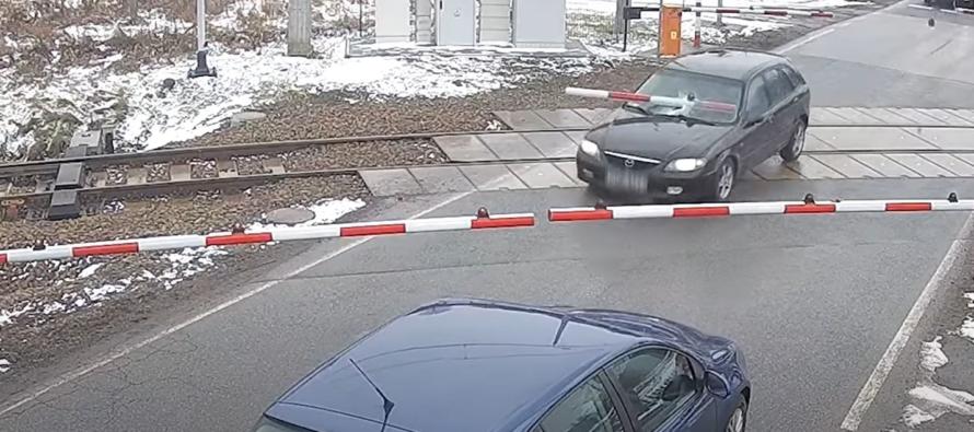 Παραλίγο να συγκρουστεί με τρένο για να ξεφύγει από καταδίωξη (video)