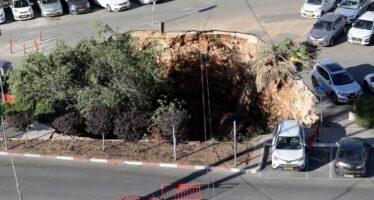 Δεν έπεσε βόμβα! Αυτή η τεράστια τρύπα άνοιξε μόνη της και κατάπιε τρία αυτοκίνητα! (video)