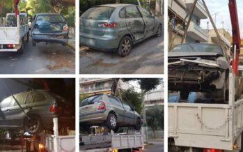 Εγκαταλελειμμένα αυτοκίνητα: Πότε ο Δήμος δικαιούται να τα μαζεύει; Στο Ηράκλειο οι γερανοί άρχισαν να σηκώνουν!