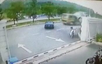 Μπετονιέρα έκανε «πίτα» αυτοκίνητο που μπήκε ανάποδα στο δρόμο (video)