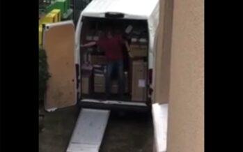 Ξέχασε να τραβήξει χειρόφρενο στο φορτηγό την ώρα που ξεφόρτωνε ο υπάλληλος! (video)