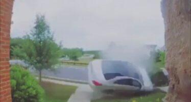 Μercedes μπήκε πατημένη στη στροφή και ξήλωσε δέντρο σε αυλή σπιτιού (video)