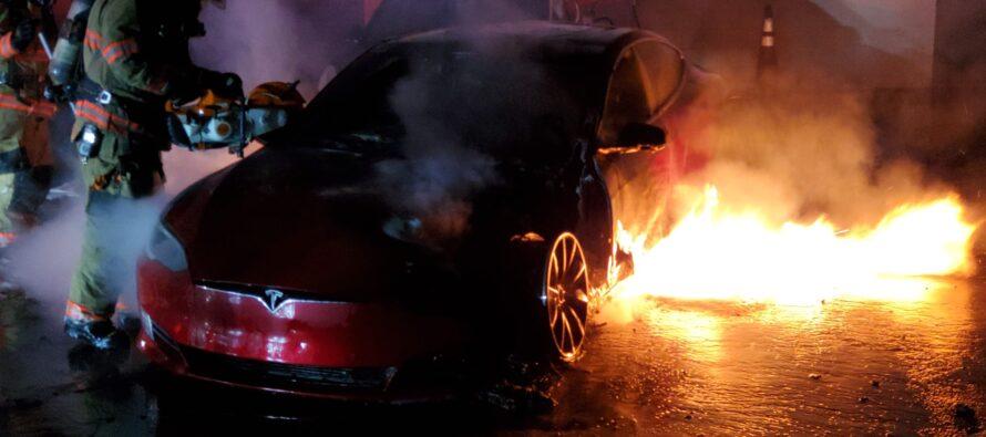 Μπουρλώτιασε μυστηριωδώς ένα σταθμευμένο Tesla-Βγήκε ολική καταστροφή (photos)